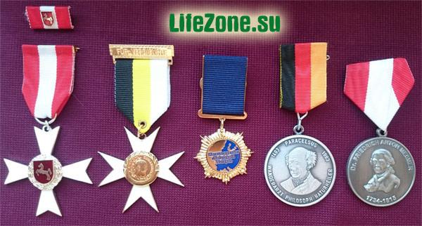 Почетные награды: Европейский орден Чести, орден Императора Александра III, орден Выдающийся натуропат Европы, медаль Парацельса, медаль Месмера